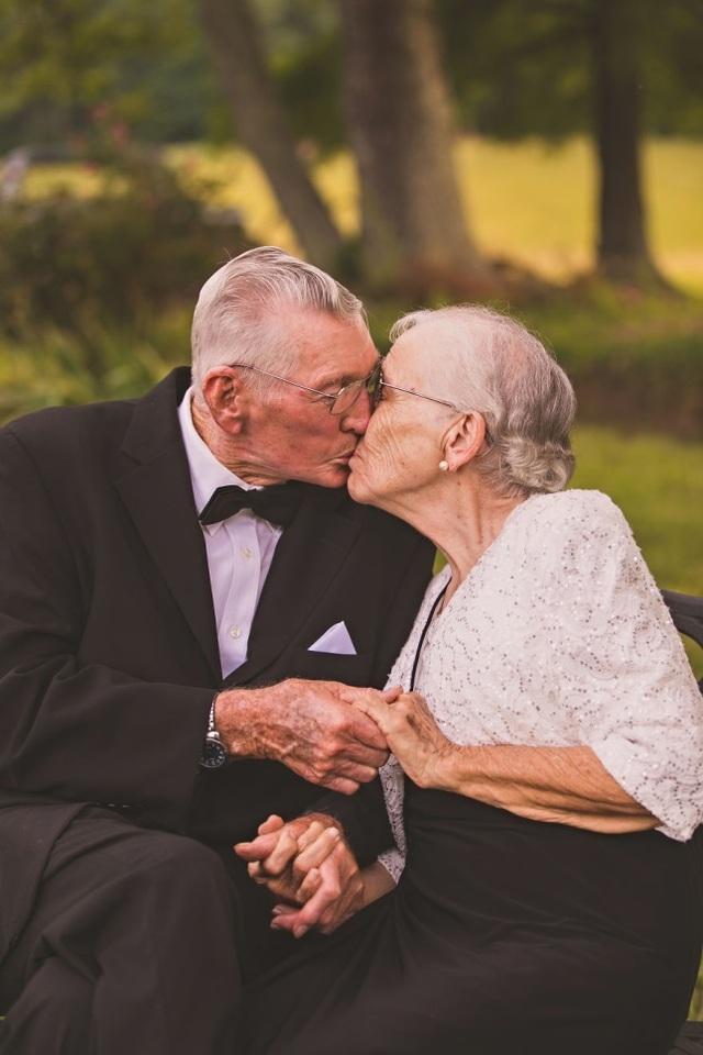 Ai nói tuổi cao là không được tay đan tay và trao cho nhau nụ hôn ngọt ngào?