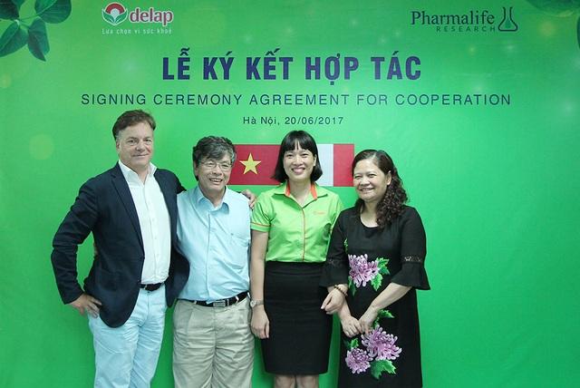 Đại diện 2 công ty cùng PGS.TS Nguyễn Văn Bàng, Phó chủ tịch Hội Nhi khoa Việt Nam và PGS.TS Nguyễn Thị Lâm, Nguyên Phó viện trưởng Viện dinh dưỡng quốc gia Việt Nam.