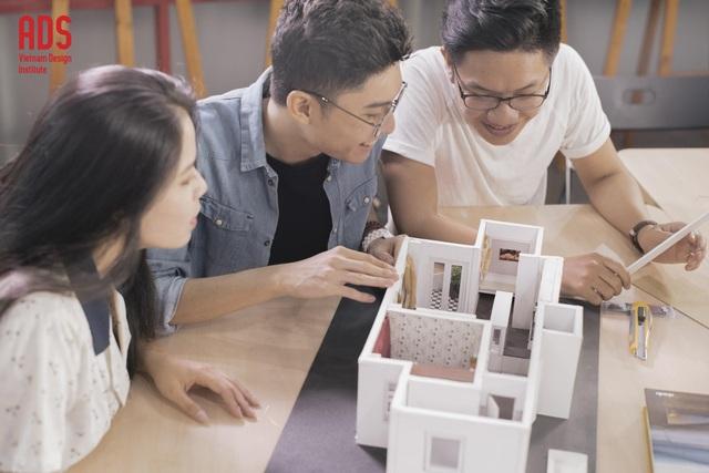 Giờ học thực hành môn Thiết kế mô hình (Commercial Model Making) của sinh viên ngành Nội thất www.adsvietnam.edu.vn