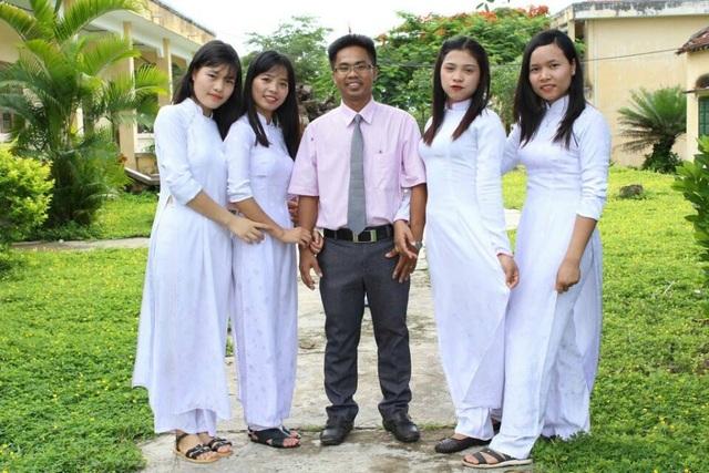 Em Hà Thị Mĩ Lệ (ngoài cùng bên trái) cùng các bạn cùng lớp và thầy giáo dạy Lịch sử.