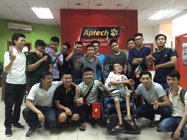 Nguyễn Khánh Lâm cùng các bạn học Lập trình tại Aptech.