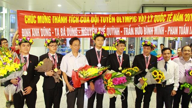 Đinh Anh Dũng (thứ 2, trái sang) là một trong 4 thí sinh của đội tuyển Việt Nam giành HCV Olympic Vật lý Quốc tế 2017.