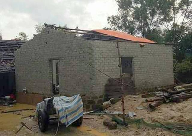 Một ngôi nhà bị ảnh hưởng khá nặng do trận lốc xoáy chiều nay (25/7).