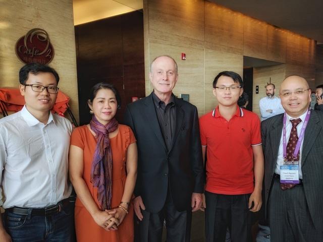 Mme Võ Xuân Bội Lâm - CEO Công ty USM Healthcare tham dự sự kiện cùng GS. Thạch Nguyễn ( ngoài cùng bên phải ).