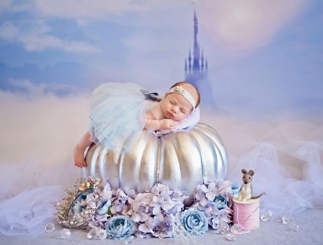 Công chúa lọ lem nằm ngủ say sưa trên quả bí ngô bằng bạc