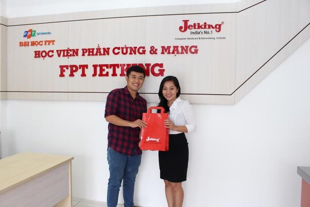 Đại diện nhà trường, chị Đinh Thị Tuyết Trinh, tặng quà lưu niệm cho anh Phạm Bùi Tuấn Vũ đã đến tham gia chương trình tư vấn.