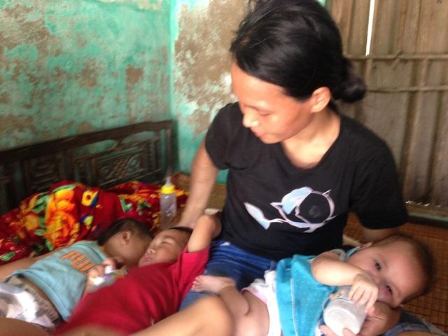 Chị Dung một tay chăm sóc ba đứa con nhỏ, mỗi đứa cách nhau 1 năm một. Ảnh: Thuỳ Anh