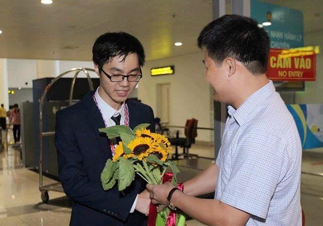 Chủ nhân HCV Olympic Sinh học Quốc tế 2017 - em Trương Đông Hưng nhận hoa chúc mừng từ lãnh đạo Bộ GD&ĐT.