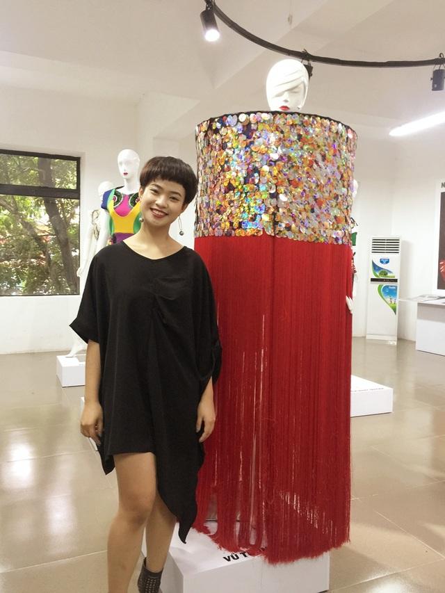 Cô gái Hải Dương xinh xắn bên cạnh một trang phục trong bộ sưu tập của mình.