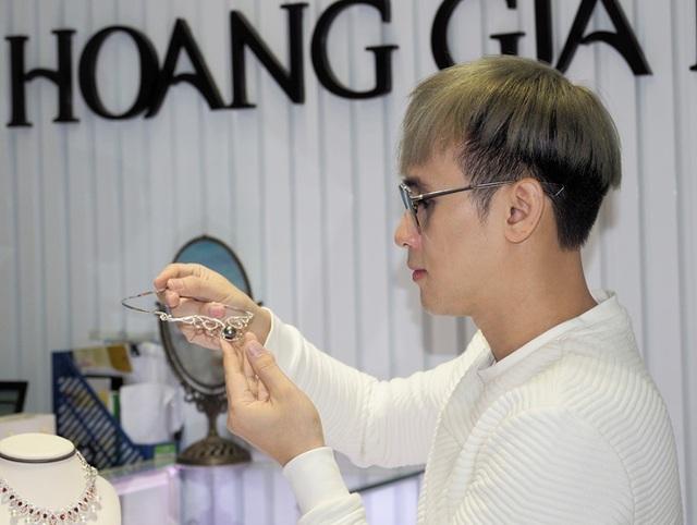 Nam ca sĩ bất ngờ xuất hiện tại showroom và xưởng chế tác của một thương hiệu trang sức ngọc trai lớn.