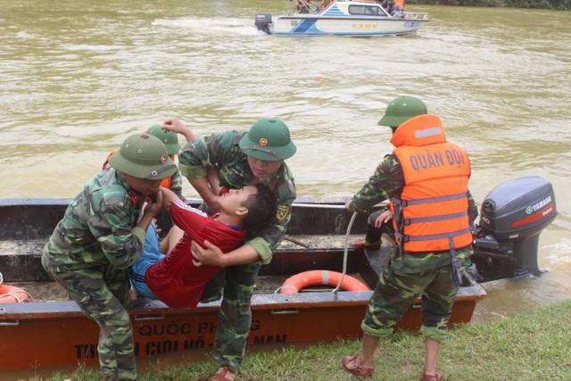 Thủy điện Hố Hô phối hợp với huyện Hương Khê diễn tập tìm kiếm cứu nạn trên sông Ngàn Sâu. (Ảnh: Hồng Vân)