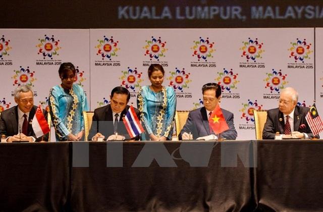 Thủ tướng Nguyễn Tấn Dũng cùng các nhà lãnh đạo ASEAN ký Tuyên bố Kuala Lumpur 2015 về việc thành lập Cộng đồng ASEAN 2015, tầm nhìn 2025 (ngày 22/11/2015). (Ảnh: Tư liệu TTXVN)