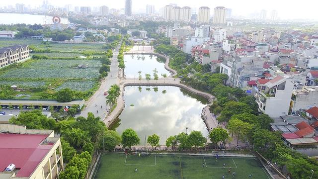 Trên phố đi bộ Trịnh Công Sơn, du khách sẽ có cơ hội thưởng thức không gian nhạc Trịnh trên sân khấu ngoài trời rộng 2.000 m2, bên cạnh khu đầm sen hồ Tây lộng gió.