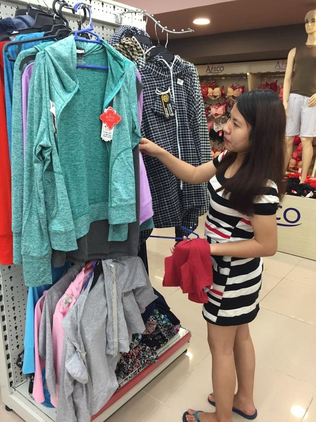 Ngoài việc bán tại các cửa hàng, áo chống nắng cũng được bán nhiều trong các siêu thị.