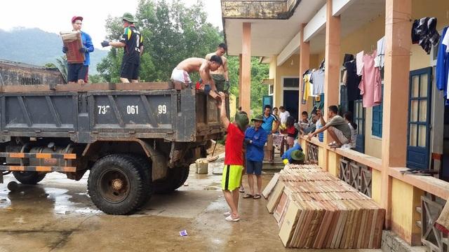 Sinh viên Việt tại Nga về nước tiến hành xây dựng công trình phụ cho giáo viên và học sinh ở điểm trường Sơn Trạch 2, Bố Trạch, Quảng Bình.