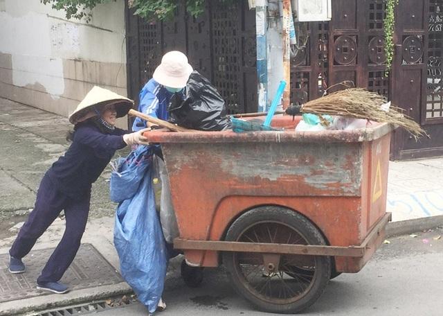 Mẹ và con trên hành trình đi gom rác