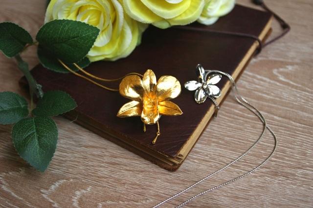 Trang sức hoa lan mạ vàng của RISIS chính là tuyệt phẩm kết hợp giữa kim loại và vẻ đẹp tự nhiên