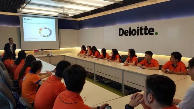 Sinh viên chuyên ngành Quản trị kinh doanh học tập với giám đốc tại tập đoàn Deloitte.