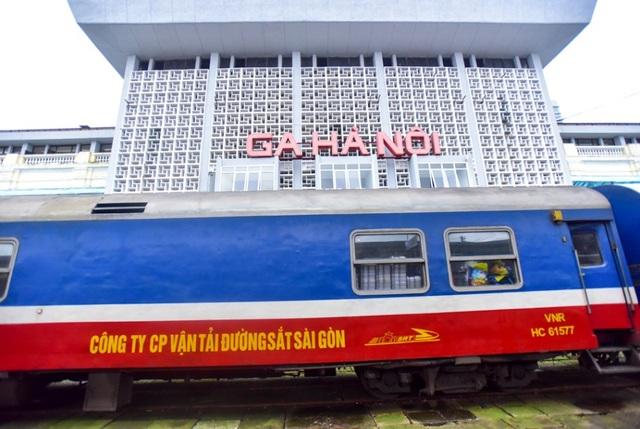 Hiện Hà Nội có khoảng 10km đường tàu hoả đi xuyên trung tâm thành phố với nhiều đường ngang giao cắt. Hiện trạng hệ thống đường sắt và các điểm giao cắt đang gây nhiều áp lực giao thông nội đô.