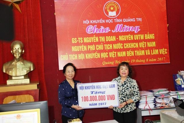 Chủ tịch Trung ương Hội Khuyến học Việt Nam Nguyễn Thị Doan tặng 100 triệu đồng cho Hội Khuyến học Quảng Trị