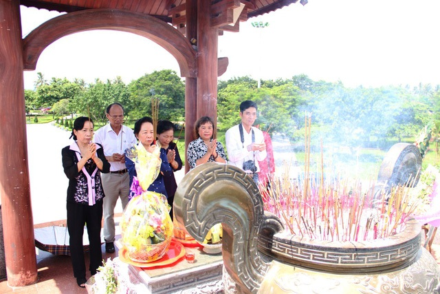 Đoàn công tác đã đến dâng hương tri ân các liệt sĩ tại Thành cổ Quảng Trị