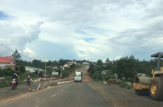 Quốc lộ 26 đoạn qua huyện Krông Pắk (Đắk Lắk) đang được mở rộng bằng vốn nhà nước.