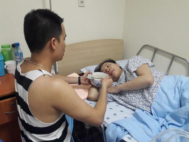 Chàng trai 8X Hà Nội lấy việc được chăm vợ từng li từng tí sau khi sinh là quyền lợi và hạnh phúc.