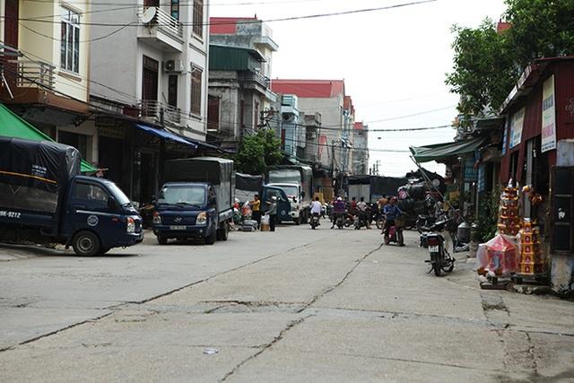 Phố Hồ (xã Song Hồ, Thuận Thành, Bắc Ninh) nhiều năm nay là trung tâm buôn bán vàng mã rất nhộn nhịp. Các tiểu thương khắp miền Bắc đổ về đây lấy hàng