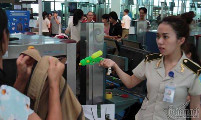 Súng nhựa là đồ chơi trẻ em, vậy nhưng không được phép mang lên máy bay.