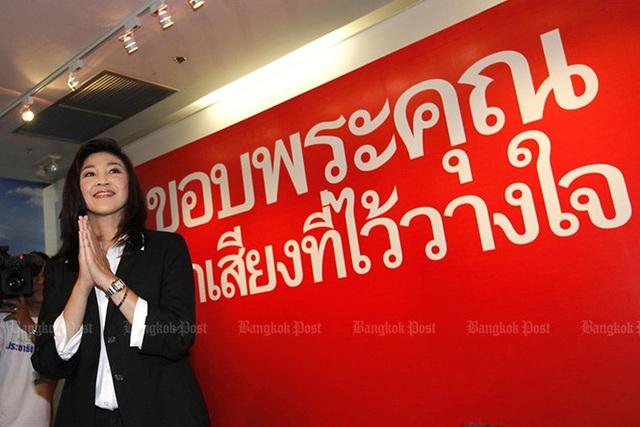 Bà Yingluck cảm ơn những người ủng hộ tại trụ sở đảng Pheu Thai vào ngày 4/7/2011. Ảnh: Bangkok Post