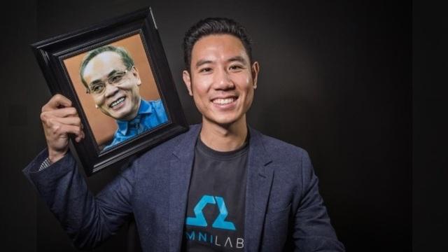 TS Vũ Duy Thức cầm bức ảnh bố mình - người truyền cảm hứng cho thành công hôm nay của anh (Ảnh: The Business Journals).
