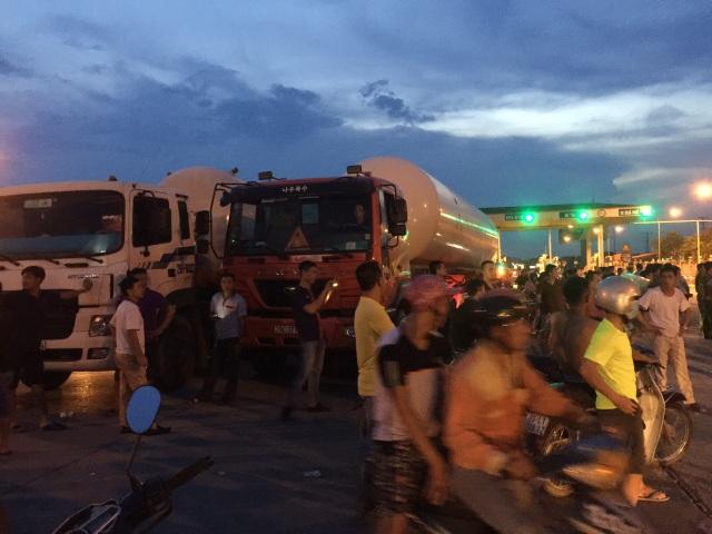 Tình trạng mất trật tự diễn ra tại trạm thu phí số 1 Quốc lộ 5 từ lúc 18h tối, đến 19h thì trật tự được vãn hồi