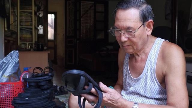 Hơn nửa thế kỷ ông Xuân đã làm thủ công hàng trăm nghìn đôi dép lốp