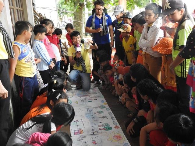 Sự nhiệt tình thể hiện rõ trên từng nét mặt các chiến sỹ Mùa Hè Xanh nhằm truyền tải những kiến thức về nước sạch gần gũi nhất đến các em học sinh