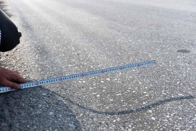 """Trong khi đó, chất lượng mặt đường quốc lộ 5 không tốt. Đoạn qua Hưng Yên và Hải Dương, nhiều chỗ mặt đường xuống cấp nghiêm trọng, xuất hiện """"ổ gà, ổ voi"""" và """"sống trâu, rãnh cào""""."""