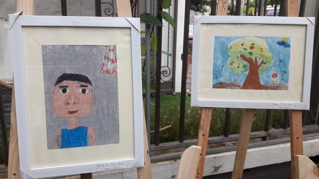 Các bức tranh xoay quanh cuộc sống của các bé