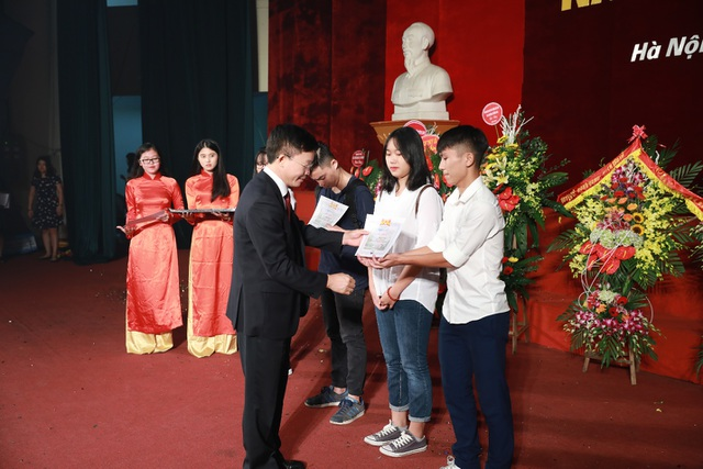 GS.TS Nguyễn Quang Kim trao học bổng cho sinh viên có thành tích xuất sắc