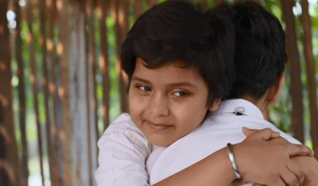 Bất chấp sự can ngăn của mẹ, Manpreet và Raj vẫn là những người bạn tốt