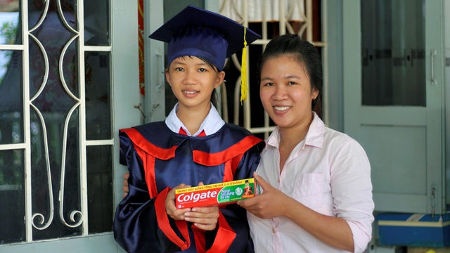 Bảo Hân cùng dì tươi cười chụp ảnh kỷ niệm khi nhận học bổng Colgate 2017.