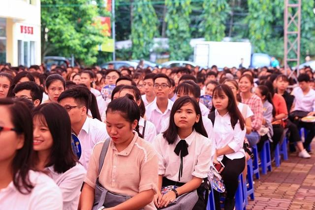 Các sinh viên chăm chú lắng nghe. (Ảnh: Ngọc Tùng)