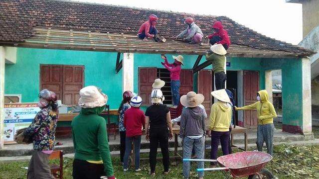 Dù gia đình cũng bị thiệt hại nhưng các cô đã gác lại việc nhà để đi sửa trường lớp.