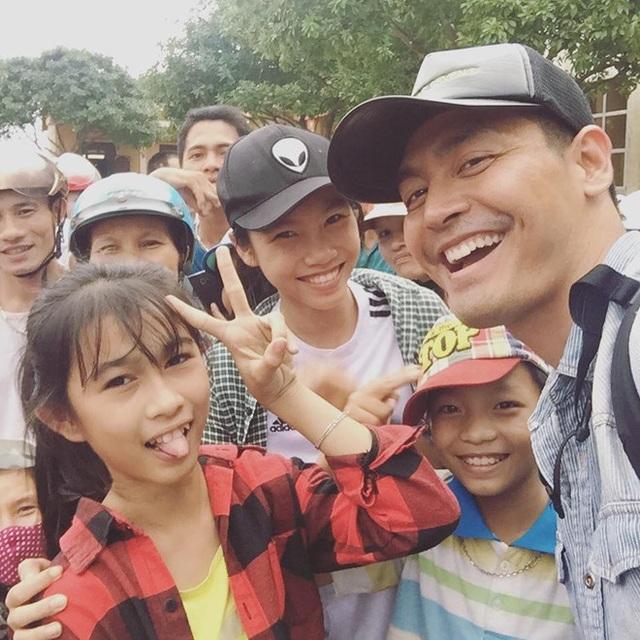Hình ảnh MC Phan Anh với các em nhỏ ở miền Trung vào năm 2016