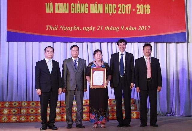 GS.TS Nguyễn Quý Thanh trao giấy chứng nhận trường đạt tiêu chuẩn chất lượng giáo dục của Bộ GD&ĐT cho Trường ĐH Sư phạm Thái Nguyên