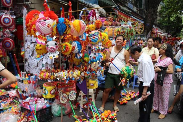 Đa phần, người lớn vẫn muốn mua đồ chơi truyền thống để tặng con, cháu mình trong dịp Tết Trung thu. (Ảnh: Hồng Vân)