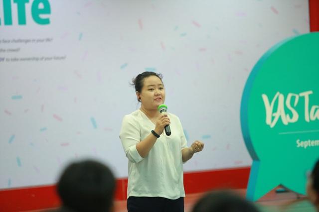 Lê Nguyễn Vân Anh – CEO và founder của FounderGirls thu hút học sinh với câu chuyện tốt nghiệp đại học năm 19 tuổi.
