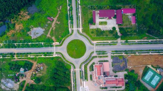 Ngày 20/12/2003, dự án ĐHQG Hà Nội được khởi công. Theo kế hoạch ban đầu, dự án này được chia làm 2 giai đoạn. Giai đoạn 1 từ năm 2003 đến 2007, giá trị xây dựng là 3.877 tỷ đồng. Giai đoạn 2 từ năm 2008 đến 2015, giá trị xây dựng là 3.898 tỷ đồng. Tuy nhiên đến nay, dự án vẫn chưa hoàn thành.