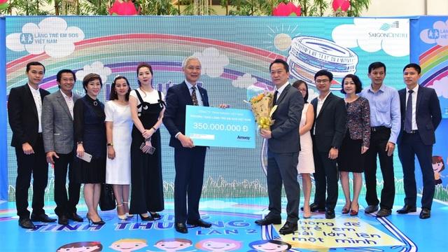 Amway Việt Nam và Làng trẻ em SOS ở Việt Nam đã ký kết thỏa thuận hợp tác hỗ trợ cho 17 Làng trẻ em SOS Việt Nam với tổng giá trị 350 triệu đồng - Ảnh: Amway VN