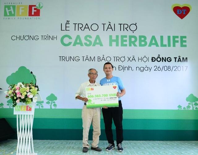 Ông Phạm Tường Huy - Tổng Giám đốc Herbalife Việt Nam (bên phải) trao tài trợ cho Trung tâm BTXH Đồng Tâm