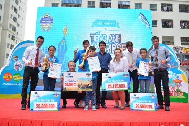 Việt Hoàng và các thí sinh đạt thứ hạng cao trong cuộc thi năm học 2016 - 2017.