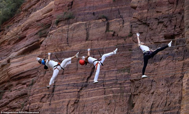 Những người phụ nữ trình diễn yoga trên dây cạnh vách núi Qingyao.